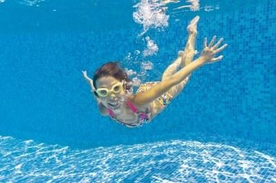 9760040-happy-smiling-underwater-kid-in-swimming-pool